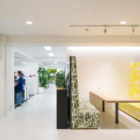 「M office」輸出繊維会館(大阪市)内のアパレルメーカーのオフィスデザイン。会社の雰囲気を投影出来るよう、商談スペースでは自社生産のオリジナル生地を仕様したりあえて背面の高くスケールに違和感のある商談で構成,自由な導線計画など会社の目指すユニークセンスで新しい事にトライして行きたくなる空間を構成。