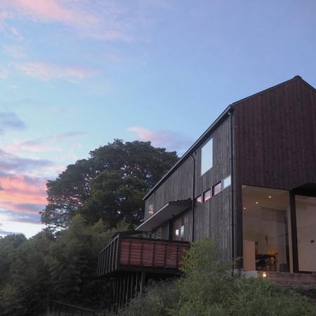 「seino takashi design office & house  」仕事場兼住居の計画。 都心近郊で自然に囲まれた土地で季節のうつろいを感じながら仕事と家族が共にある社会に開かれた部分とプライベートな空間を内包した場の提案。