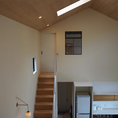 「seino takashi design office & house 」建物中央を吹き抜けフロアーを作り左右に各部屋を設置し事務所と住居は開かれた部分と閉じられた部分でプライバシーを確保し大胆な開口部や高天井により減り張りのある空間を構成。