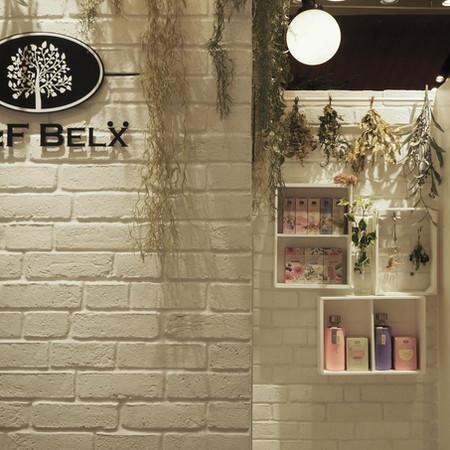 「H&F_BELX_有楽町丸井店」ルイボスティーとノンカフェインティー専門店。白を基調としたパレットの再生材やブリックタイルなど表情の違う白を組み合わせ清潔感があり親しみのあるショップ空間。