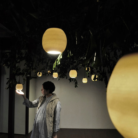 「TOT exhibition osaka tokyo」TOTは陶芸家 奥田 芳久氏と木工作家 ミナトファニチャー湊 哲一氏との共同制作の照明。木の実をイメージした形状に合わせ展示も光の森をコンセプトに各土地の間伐材を利用し会場を構成。