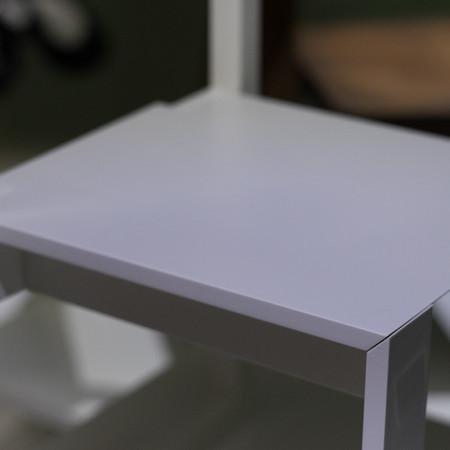 「oritatami chair」オリタタミイスのデザイン。ちゃぶ台の構造をヒントに椅子らしい形を残しながら折り畳める椅子。