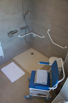 Douche à l'italienne et fauteuil de douche