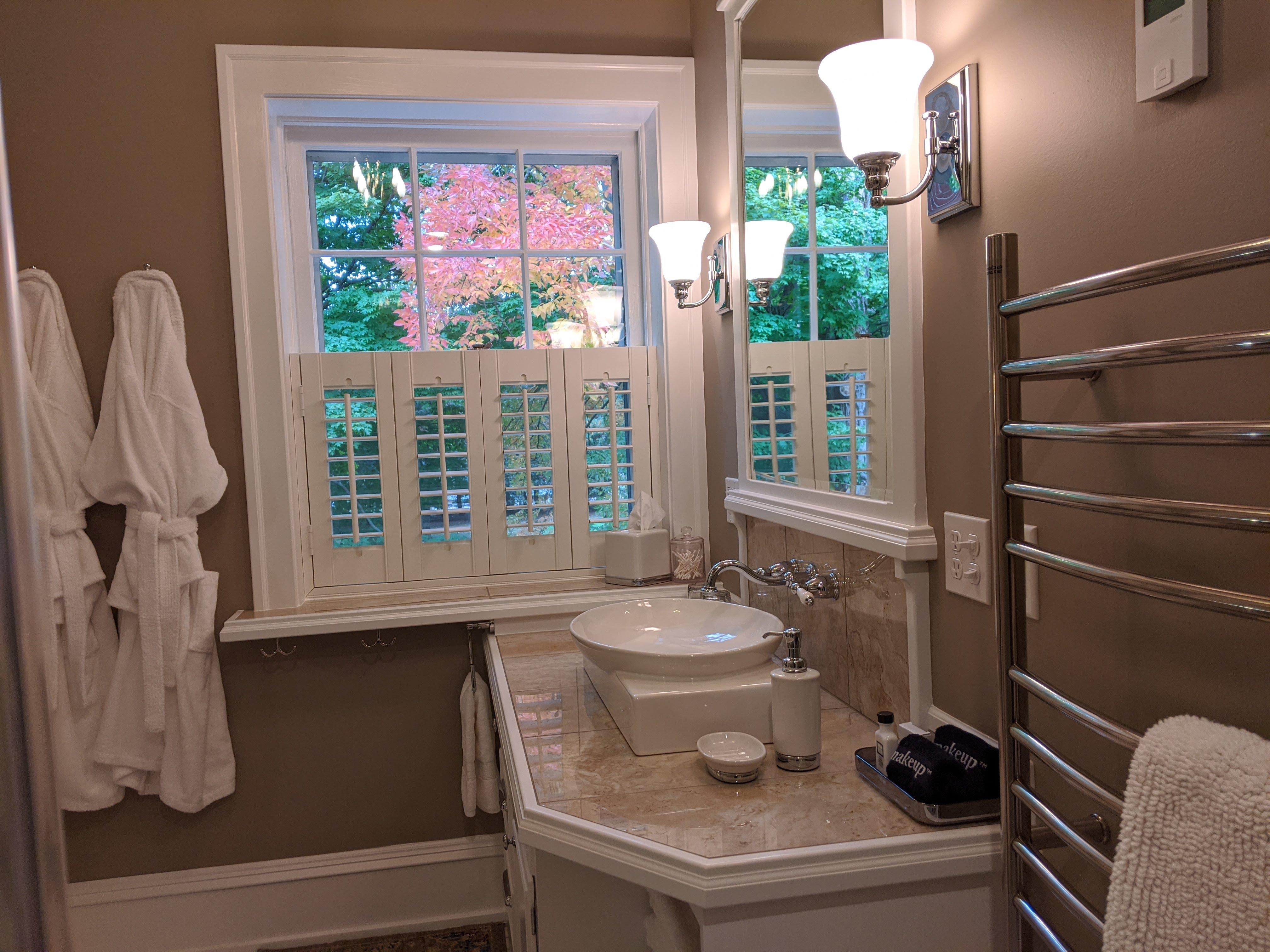 BrickInn Letchworth State Park State Wren Guestroom Bathroom Vanity