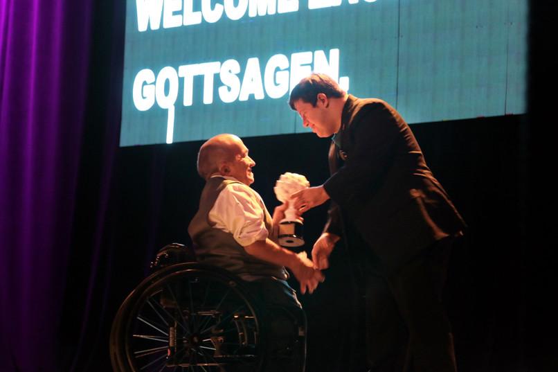 El director ejecutivo de TheCIL, Stuart James, presenta el premio Ed Roberts a Zack Gottsagen