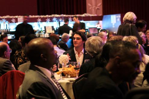 RJ Mitte conversa con los invitados a la cena en los premios Ed Roberts