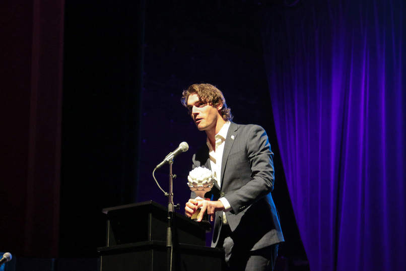 RJ Mitte da su discurso de aceptación en la cuarta edición de los premios Ed Roberts Awards.