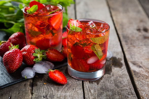 Strawberry mojito and ingredients on rus