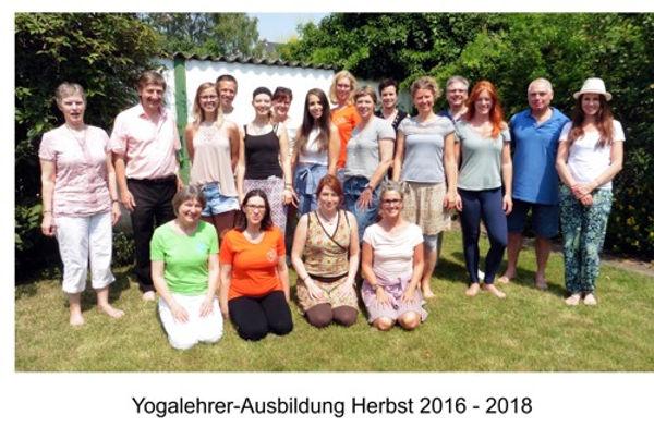 Gruppenbild Abschluss Yogalehrer-Ausbild