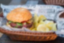 Maso burger a čipy