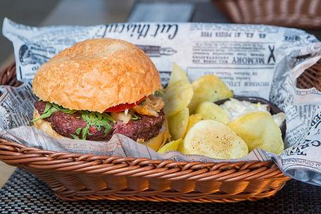 Fleisch Burger und Chips