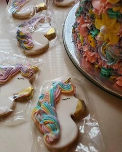 Unicorn cake with cookies