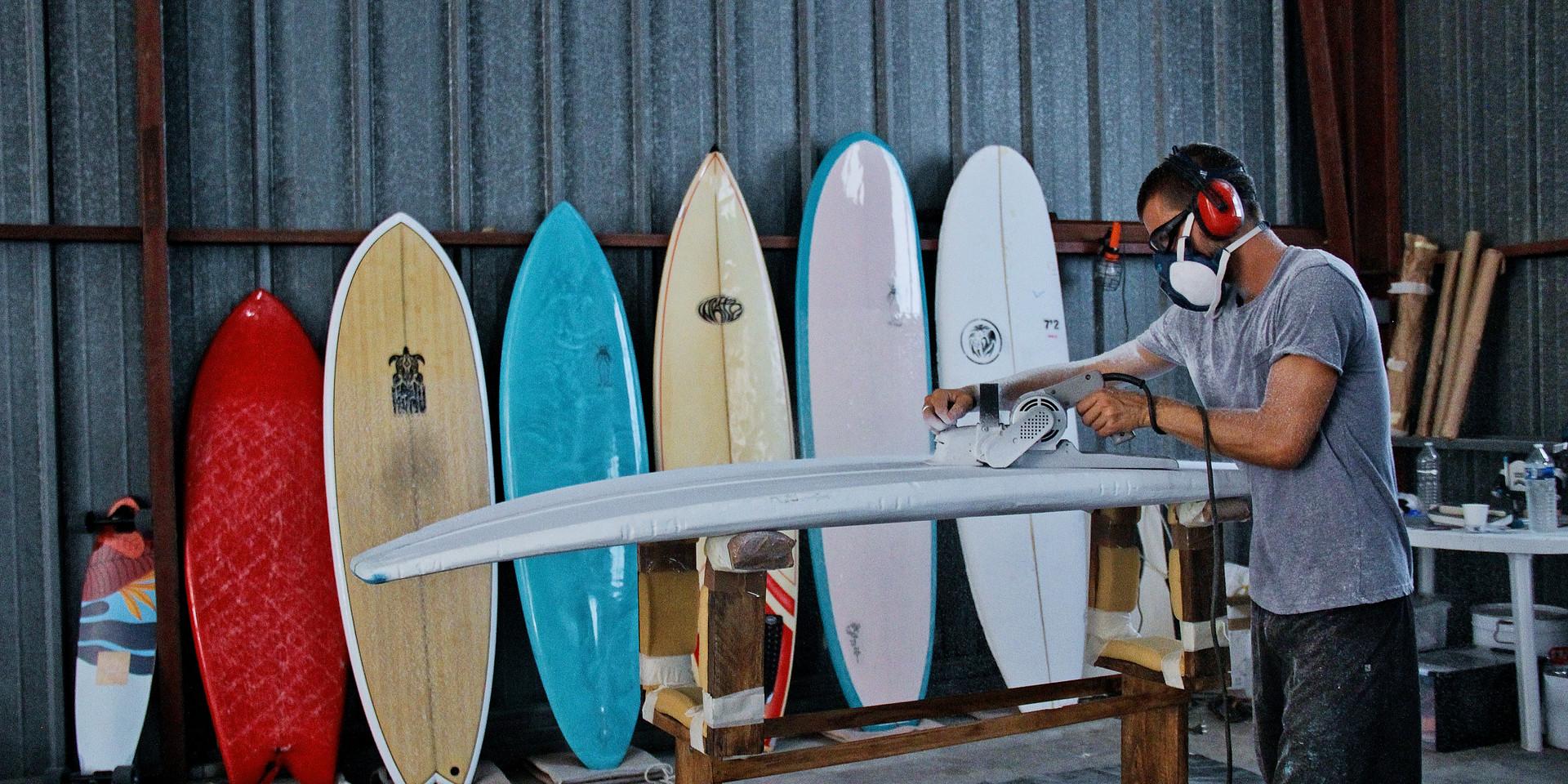 """Nous fabriquons des planches de surf """"made in Méditerranée"""" hautes en couleurs"""