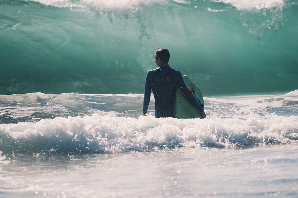 Surfeur qui s'approche de la vague