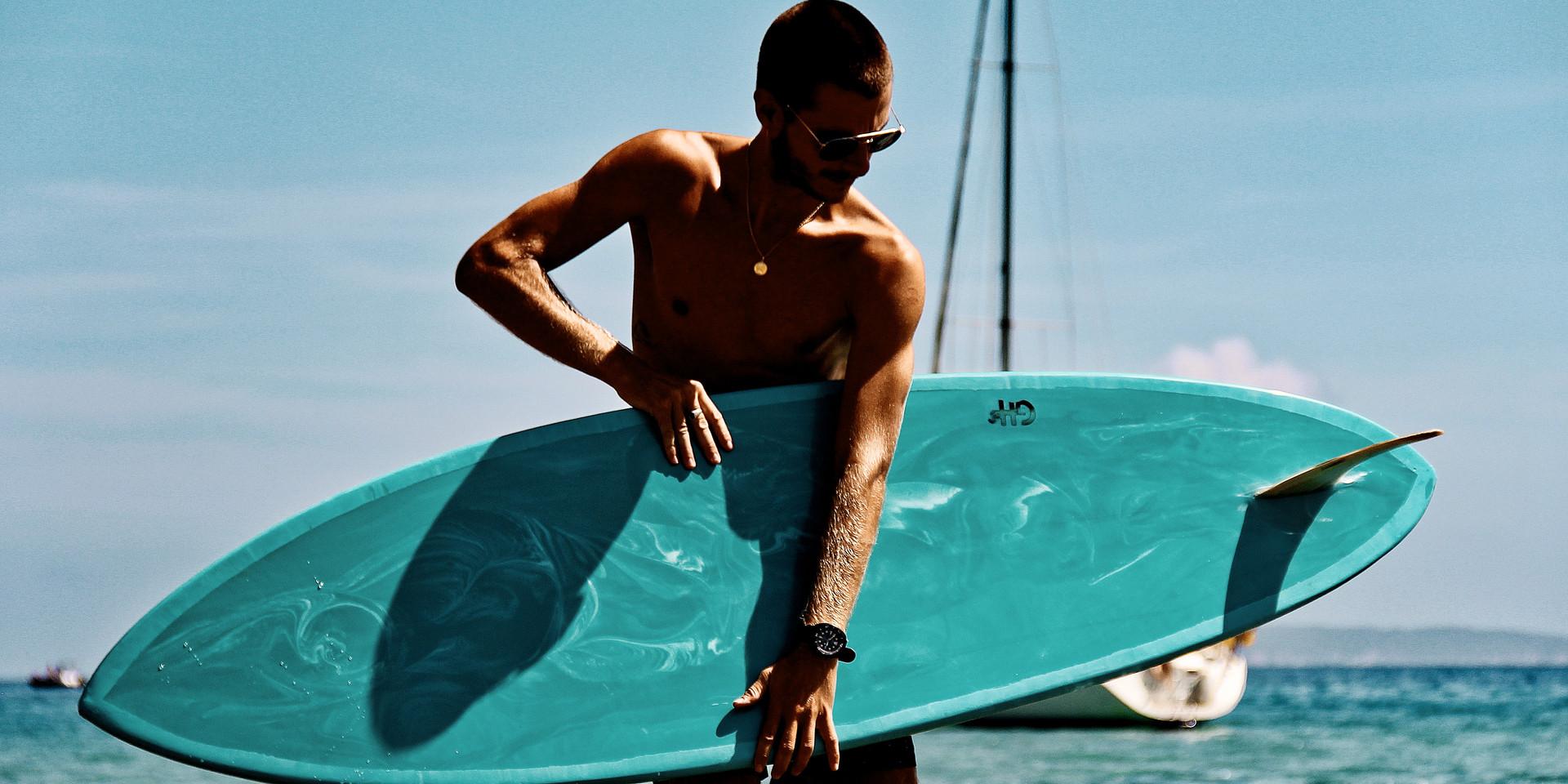 Une planche de surf aux couleurs méditérranéennes