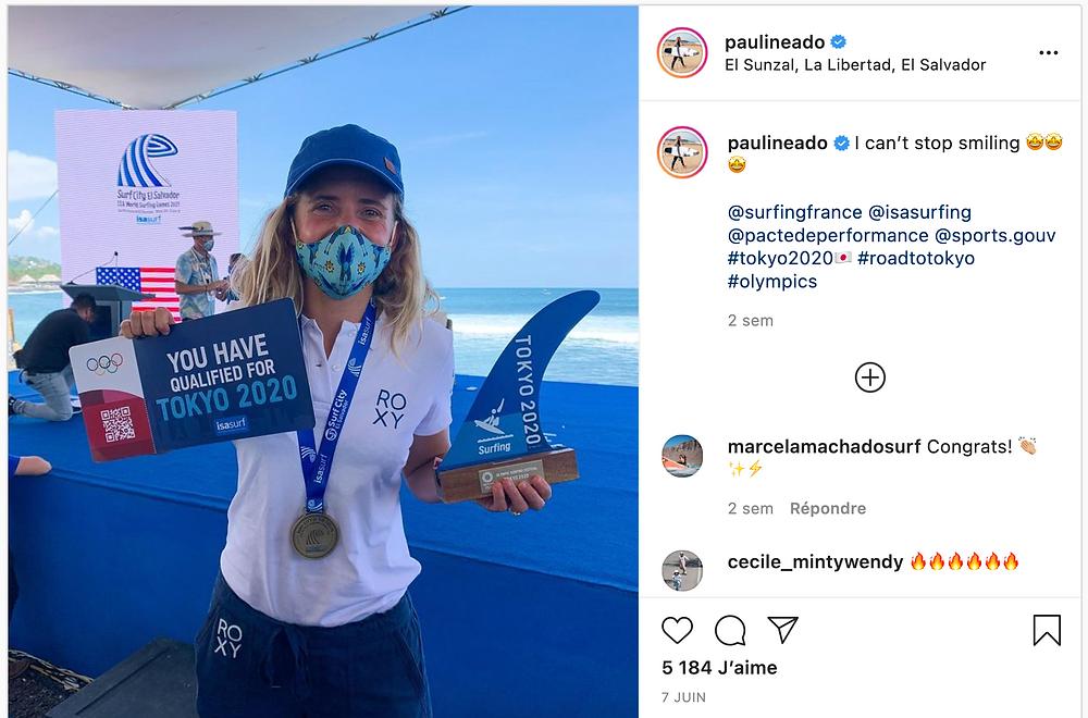 Surfeuse française qui montre fièrement sa qualification  au JO de surf 2020