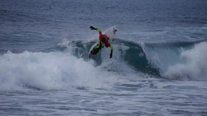 Surfeur faisant une manoeuvre
