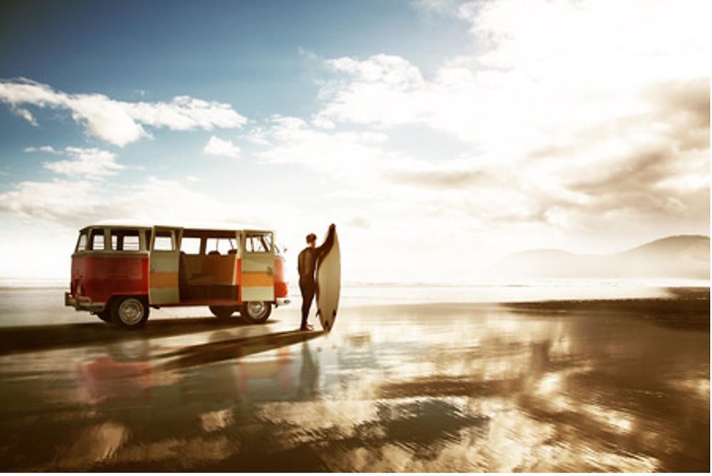 Surfeur avec une camionette