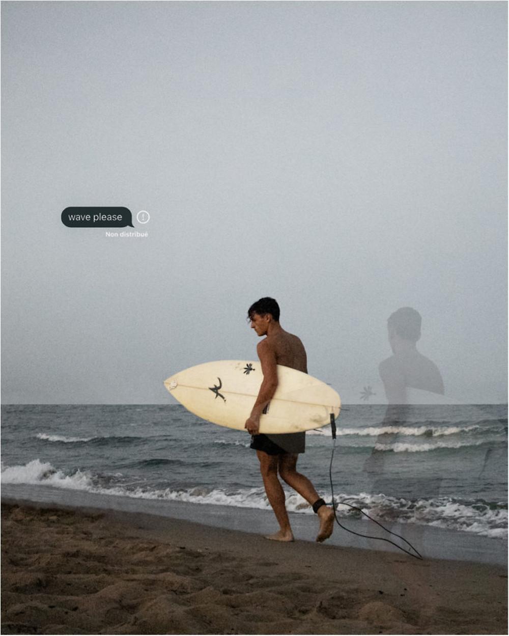Surfeur au bord de l'eau attendant une vague