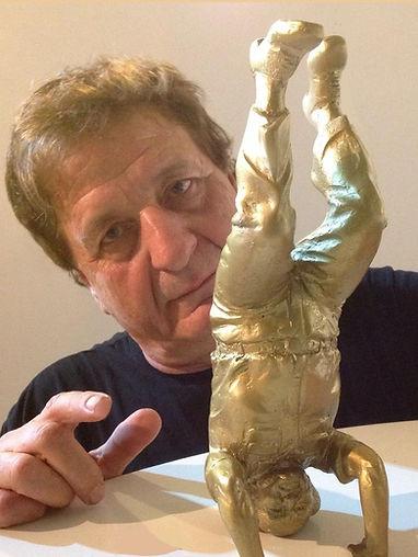 פסל בן גוריון עומד על הראש