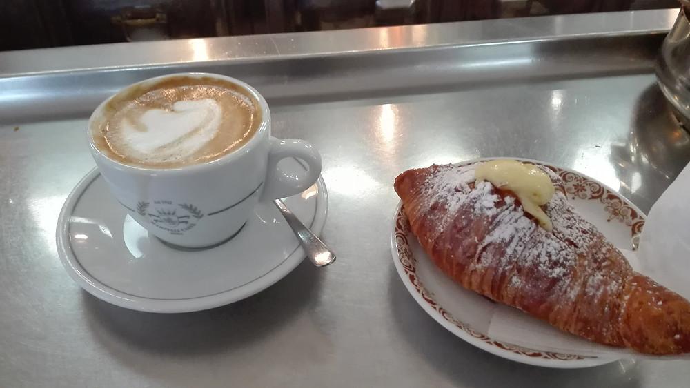 קפה וקורנטו, במקרה הזה של Pasticceria Pasquarelli