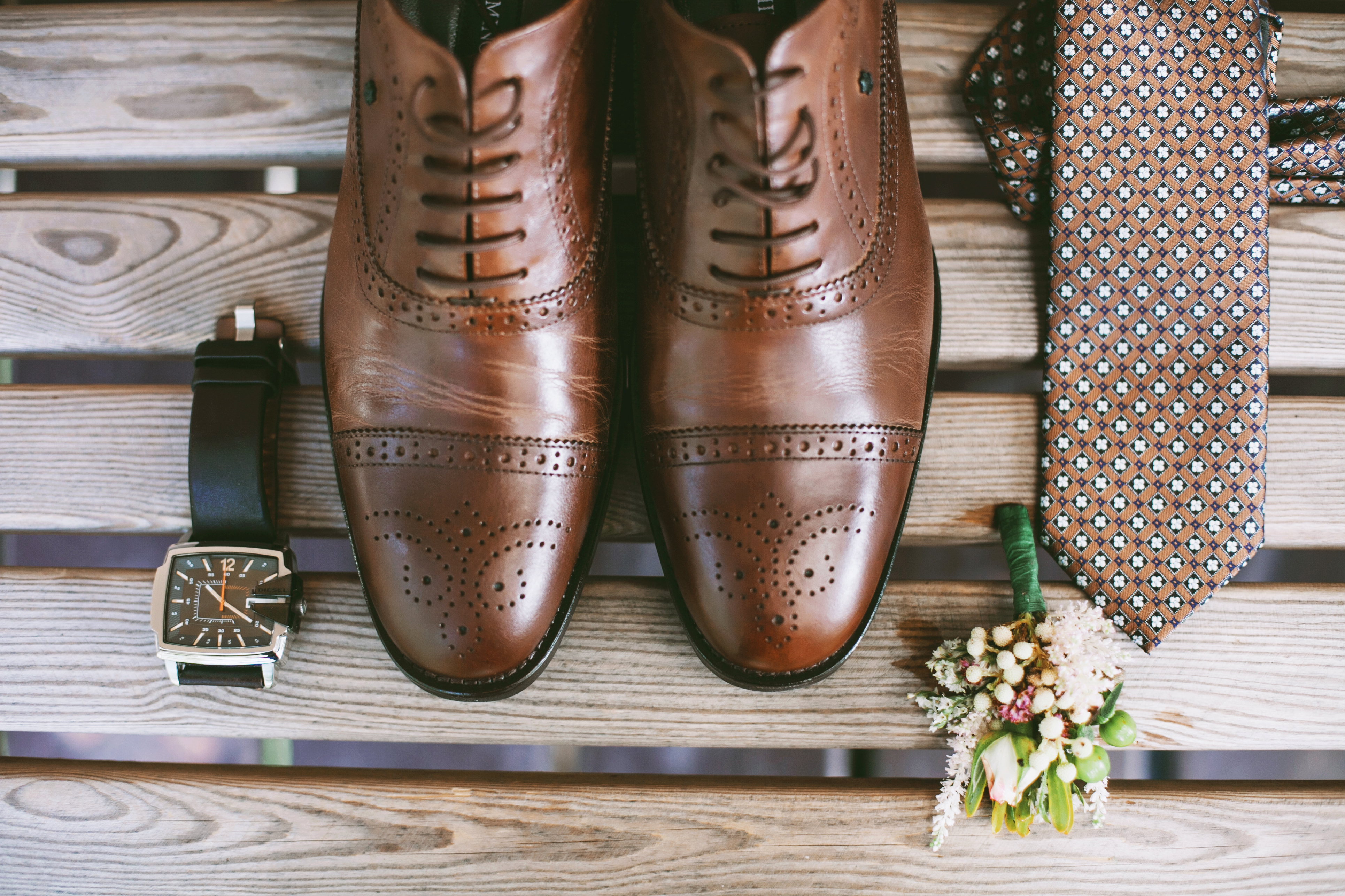 Accessories of a groom_ shoes, boutonnie