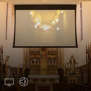 Projector en nieuwe geluidsinstallatie voor moderne kerk