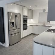 Arredo3 kitchen in Bianco & Nebbia, with Cimstone Olympos quartz and Moduleo vinyl floor