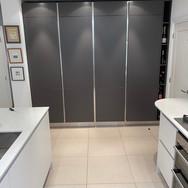 Arredo3 kitchen in Matt Bianco & Vulcano with Cimstone Olympos quartz