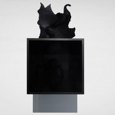 Study for a Solipsism,  Céramiques de grès d'Irak chamotté, explosées au plastique type C-4, peinture laque noire mate. Coffrets en chêne teinté noir, miroirs noirs.  Dimension du coffret : 34,5 cm x 34,5 cm profondeur : 34 cm - Dimension de chaque céramique: 34,5cm, largeur : 25cm, profondeur : 30 cm.