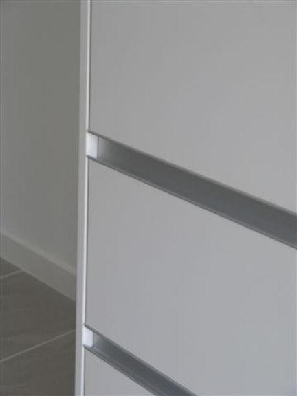 Laden voorzien van aluminium greeplijst.