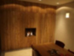 Wand in plantage teak met verborgen kast deur.