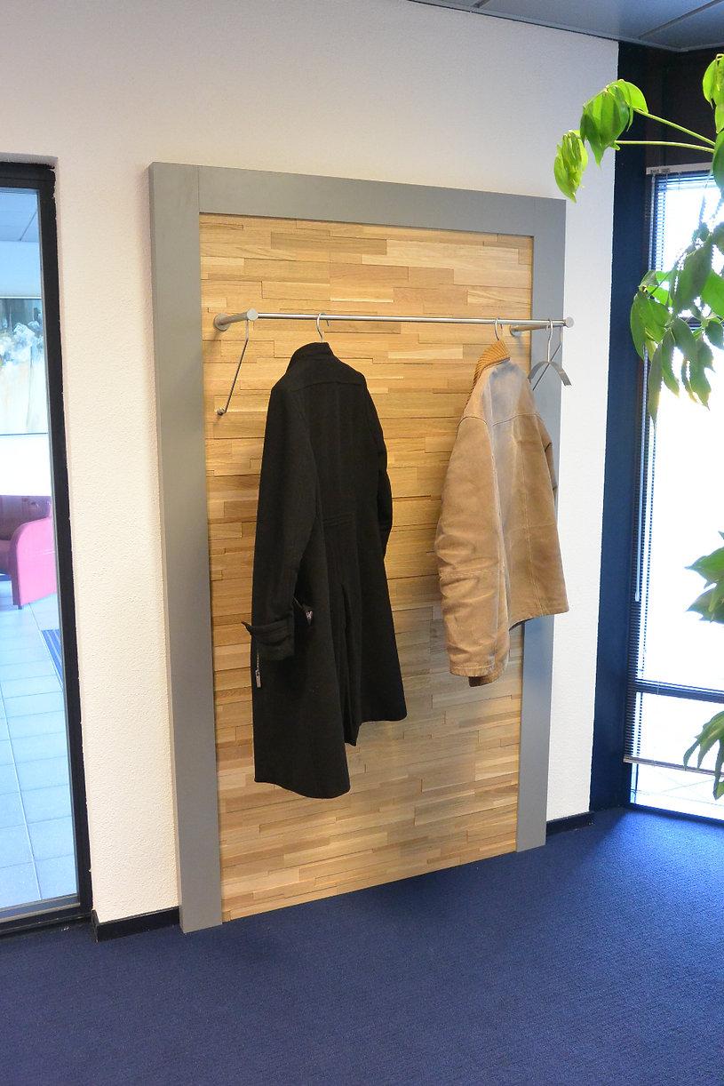 Bijpassende kapstok garderobe uitgevoerd met stepwood.