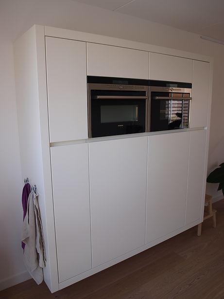 Apparatenwand met greeplijst voor vriezer en koelkast.