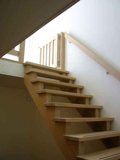 Eiken trap met zware bomen en zwevende treden voorzien van slijtstrip