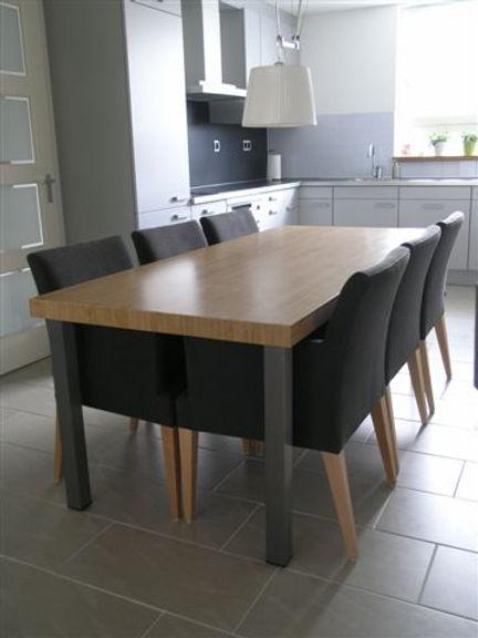 Bijpassende tafel met blad van bamboe.