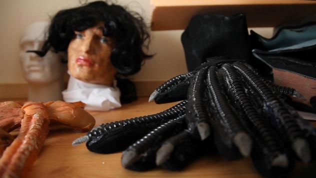 Props, Xenomorph gloves, stunt head, facehugger.