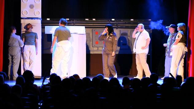 Nostromo crew discuss how to remove facehugger