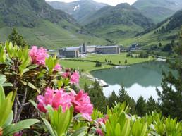 Famoso hotel de la Vall de Núria y el lago