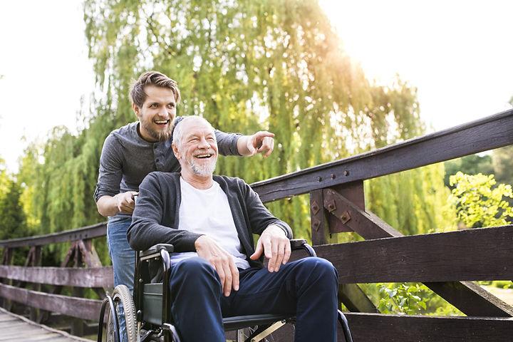 Ewald Klug-Schwazl Seelsorger und Psychotherapeutschiebt Rollstuhlfarer