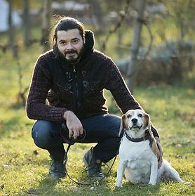Psychotherapeut Ewald Klug-Schwarzl mit seinem Hund in Graz