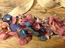 Tiara de lino con adorno floral azul