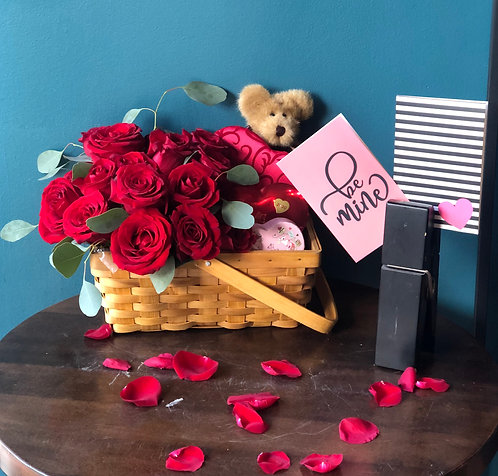 Love and Sweet Basket / 2 dozen roses with chocolate box