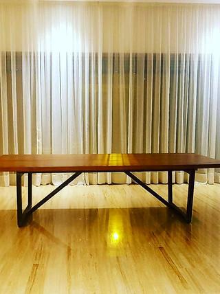 Table en chêne massif et métal