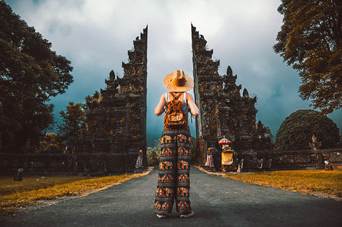 traveller-woman-posing-front-temple-bali