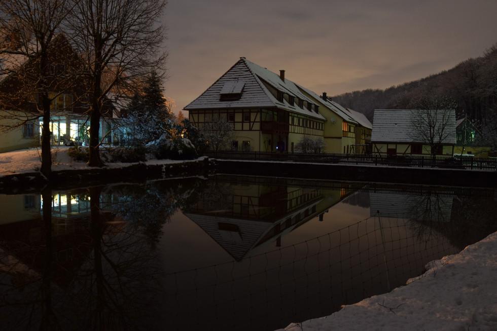 Teich und Beigebäude des ehemaligen Schloßkomplexes in Berreuth, Langzeitbelichtung, Anfang 2021
