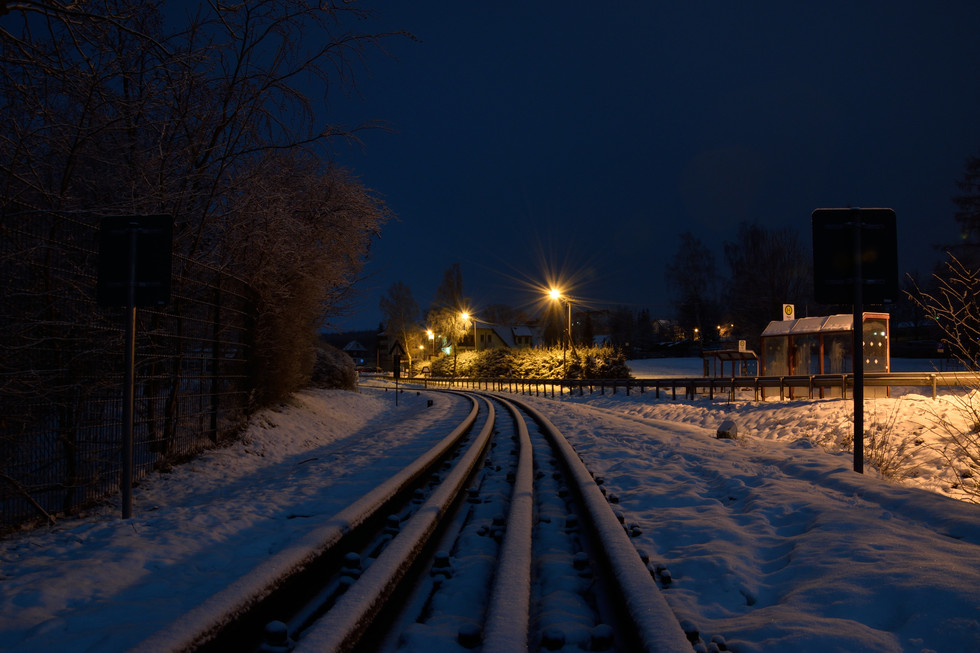 Blick von der Eisenbahnbrücke Richtung Bahnhof, Langzeitbeleuchtung Anfang 2021