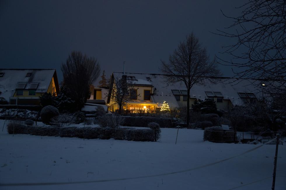 Häuser auf dem Sonnenhang in Malter, weihnachtlicher Schmuck, Langzeitbelichtung, Anfang 2021