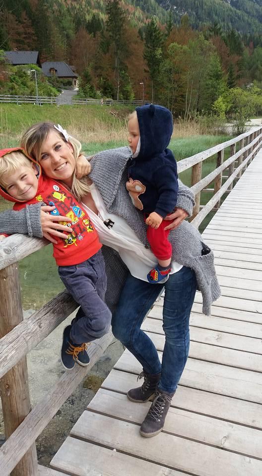 Program vodi Nina V. Pečnik, inštruktorica z mednarodnim certifikatom za masažo dojenčkov, zaključeno pedagoško-andragoško izobrazbo ter vodja programov za dojenčke v Društvu MALI MIGEC, Gibanje in zabava za dojenčke.