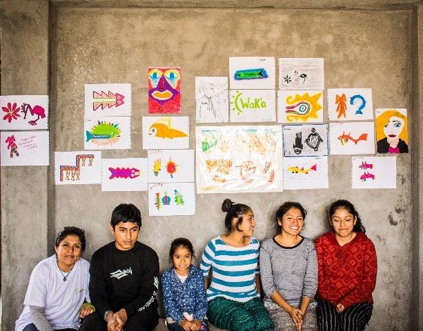 Los adolescentes posan junto a sus representaciones gráficas de algunas iconografías de diferentes culturas peruanas.